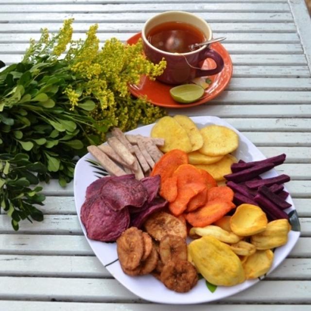 Hoa quả sấy cùng trà chiêu đãi khách trong dịp Tết. Ảnh: Internet