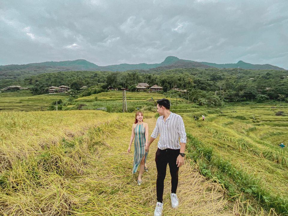 Nắm tay nhau đi qua mùa lúa tại Pù Luông. Hình: Thùy Trang