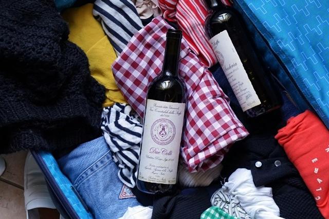 Rượu có dung tích lớn hơn 100ml không được mang theo kiểu hành lý xách tay. Ảnh: Internet