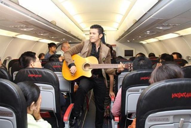 Nhạc cụ như guitar được mang lên máy bay. Ảnh: Internet