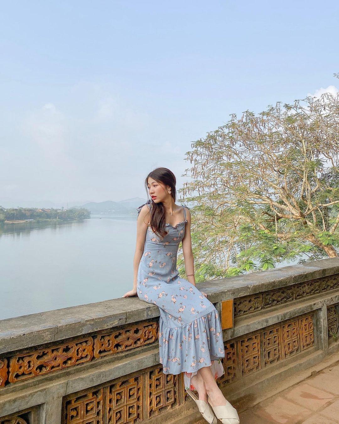 Từ chùa Thiên Mụ, có thể ngắm nhìn cả một khoảng sông Hương bên dưới. Hình: @karisthaaa