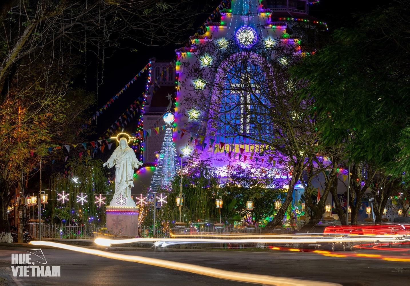 Mặt trước nhà thờ rực rỡ và lộng lẫy mỗi mùa Noel đến. Hình: Hue, truly Vietnam