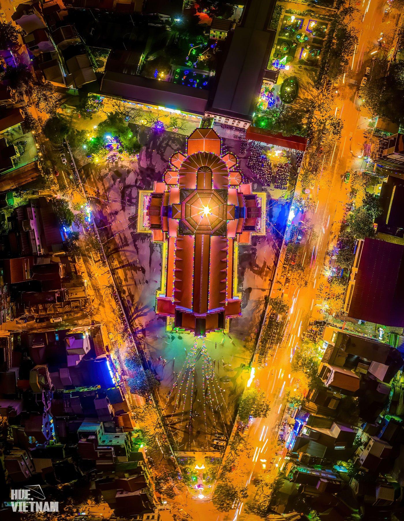 Toàn cảnh nhà thờ Dòng Chúa Cứu Thế trong đêm Giáng Sinh. Hình: Hue, truly Vietnam