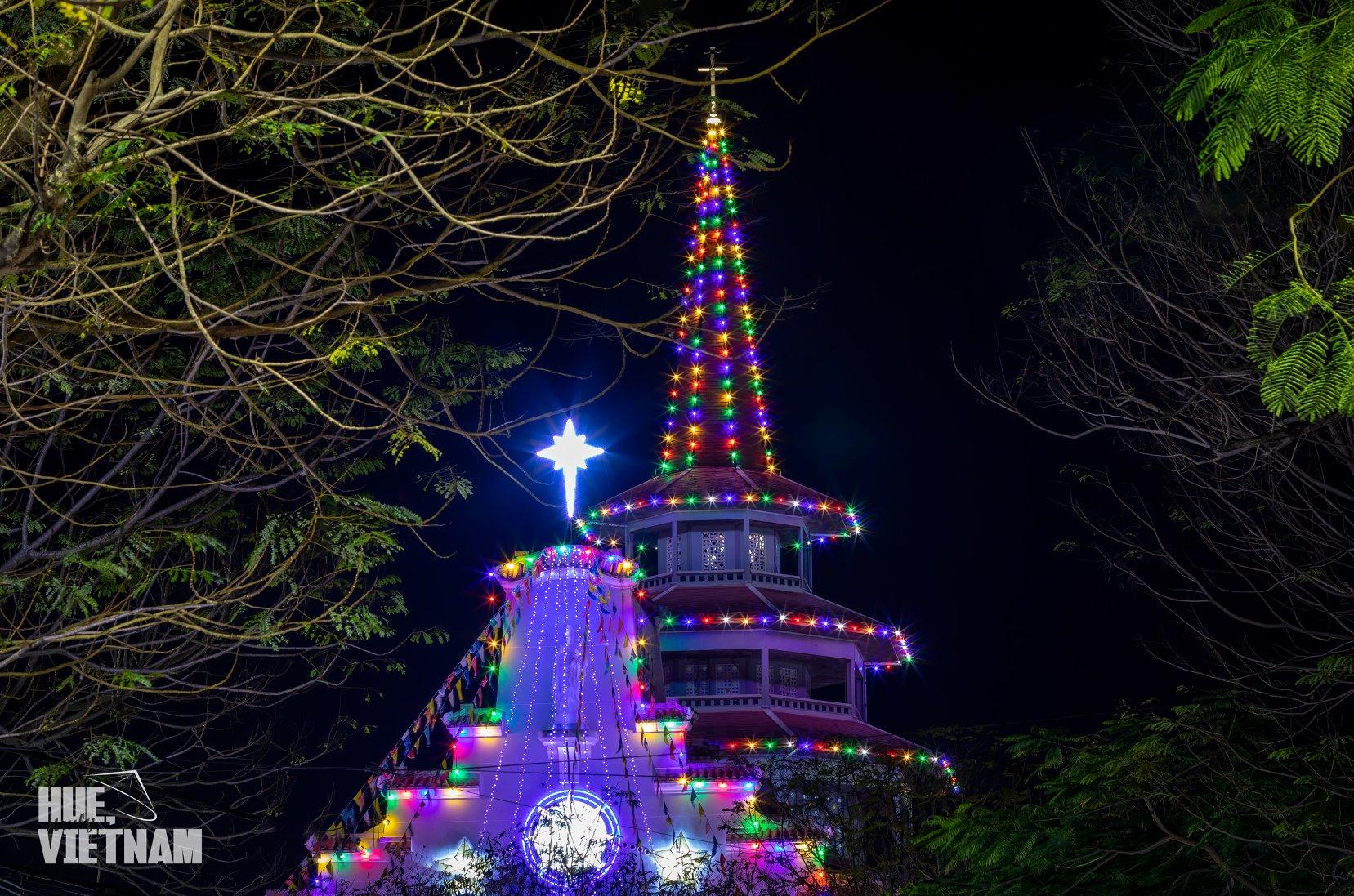 Dòng Chúa Cứu Thể nổi bật ở giữa một tháp chuông cao vút hình bát giác với mái giật cấp. Hình: Hue, truly Vietnam