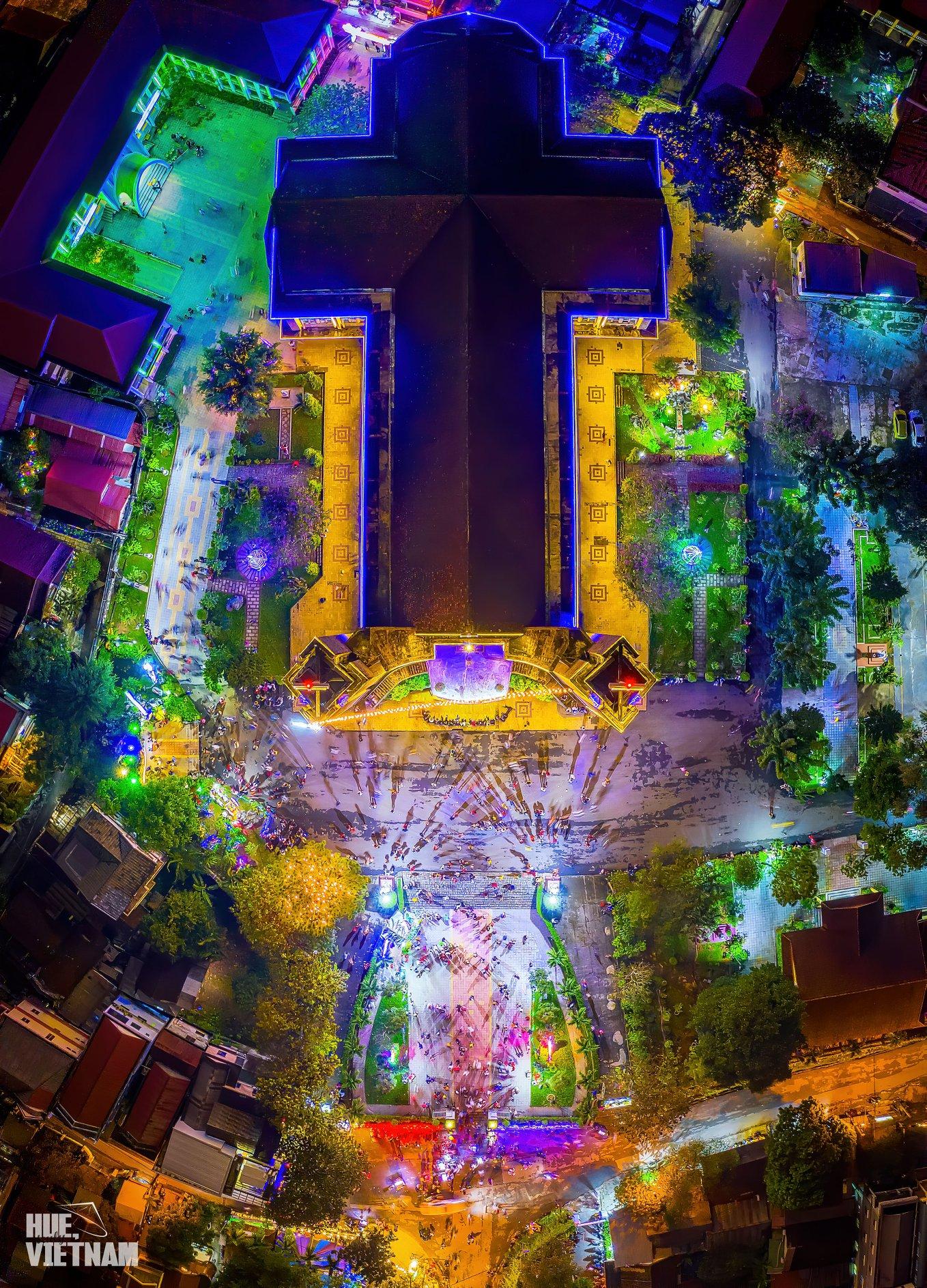 Toàn cảnh trên cao của nhà thờ Phủ Cam. Hình: Hue, truly Vietnam