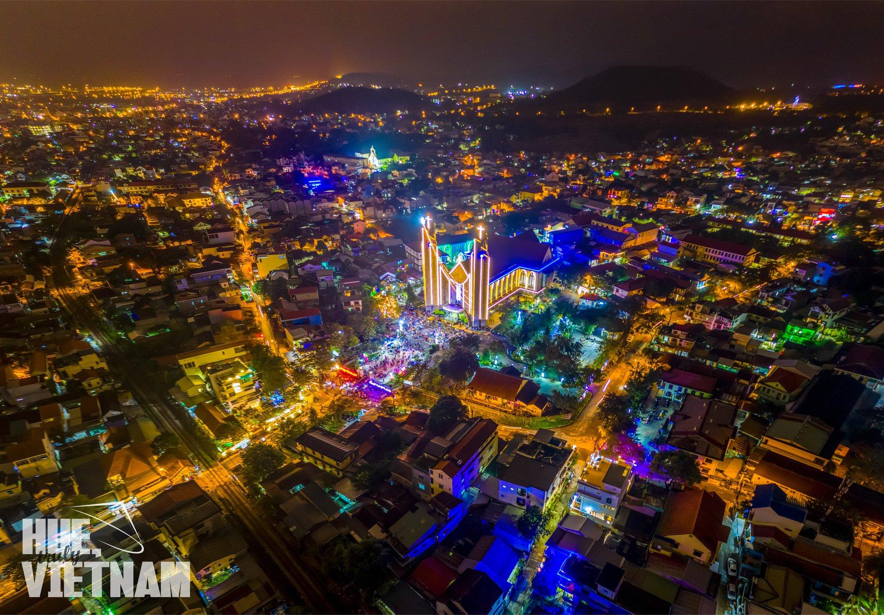 Nhà thờ Phủ Cam nổi bật trong mùa Giáng Sinh. Hình: Hue, truly Vietnam