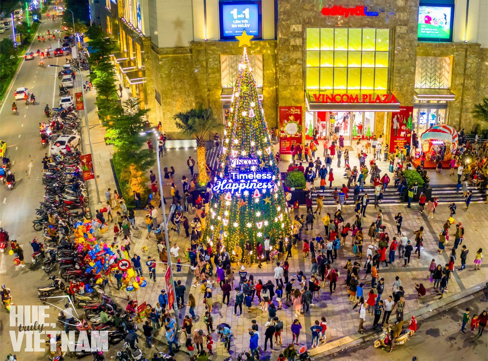 Rất đông người tập trung ở Vincom vào Giáng Sinh. Hình: Hue, truly Vietnam