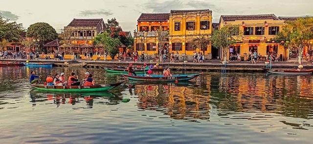 Những ngôi nhà cổ kính bên sông ở khu phố cổ Hội An