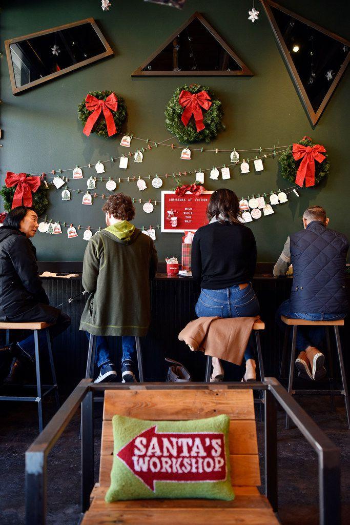 Trang trí Noel đơn giản với ba tone màu trắng, đỏ và xanh lá