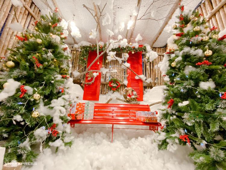 Một góc check-in lung linh sẽ là điểm thu hút khách đến với quán bạn mùa Noel