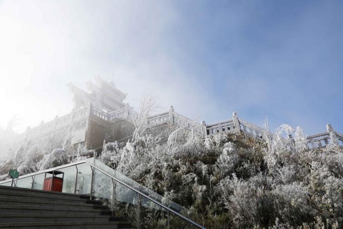 Du khách đổ về Sa Pa tham dự 'Lễ hội mùa đông Fansipan' giữa tiết trời giá lạnh