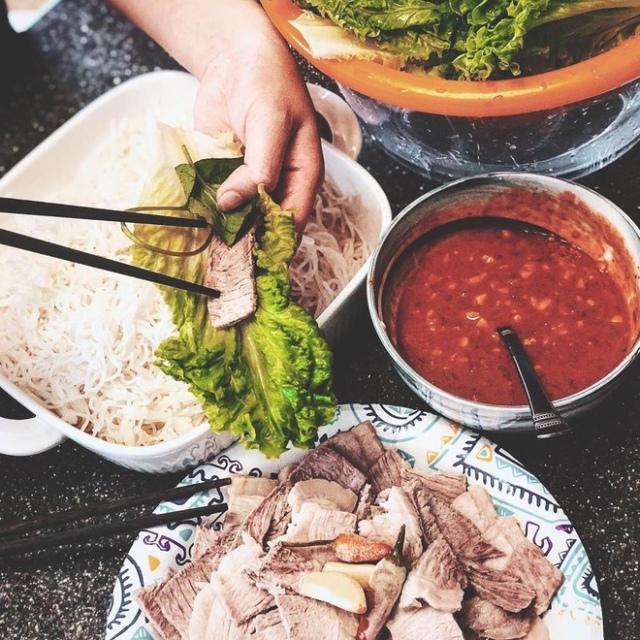 Thịt luộc cuốn bánh tráng với mắm Gò Công, món ngon khó chối từ. Ảnh: Internet