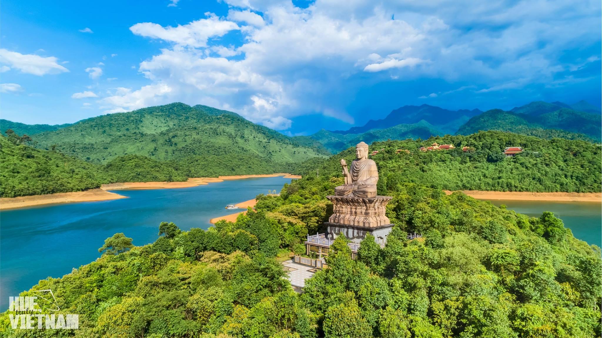 Thiền Viện Trúc Lâm Huế. Hình: Hue, truly Vietnam
