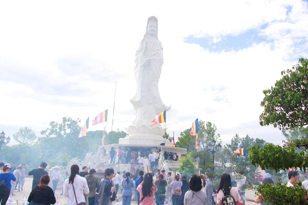 Đi chùa lễ Phật đầu năm. Hình: Sưu tầm