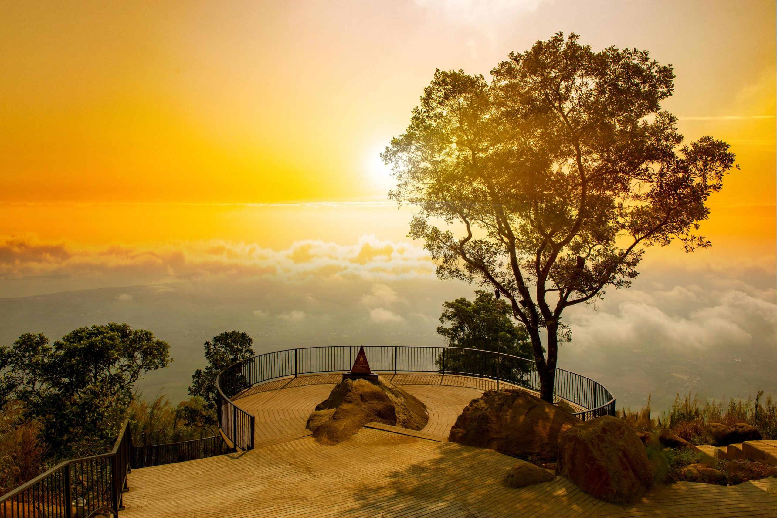 Đón ánh minh trên núi Bà Đen đầy hứng khởi - Nguồn ảnh: Internet