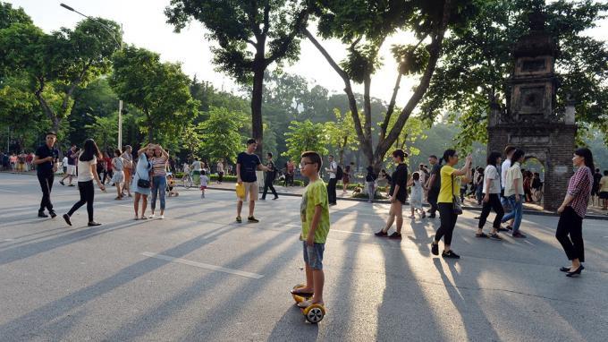 Phố đi bộ là điểm đến không thể thiếu của người dân và du khách khi đến Hà Nội. Ảnh: Zing.