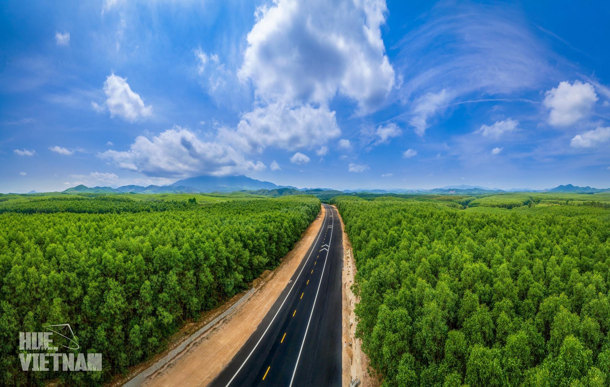 Cung đường đến A Lưới. Hình: Hue, truly Vietnam