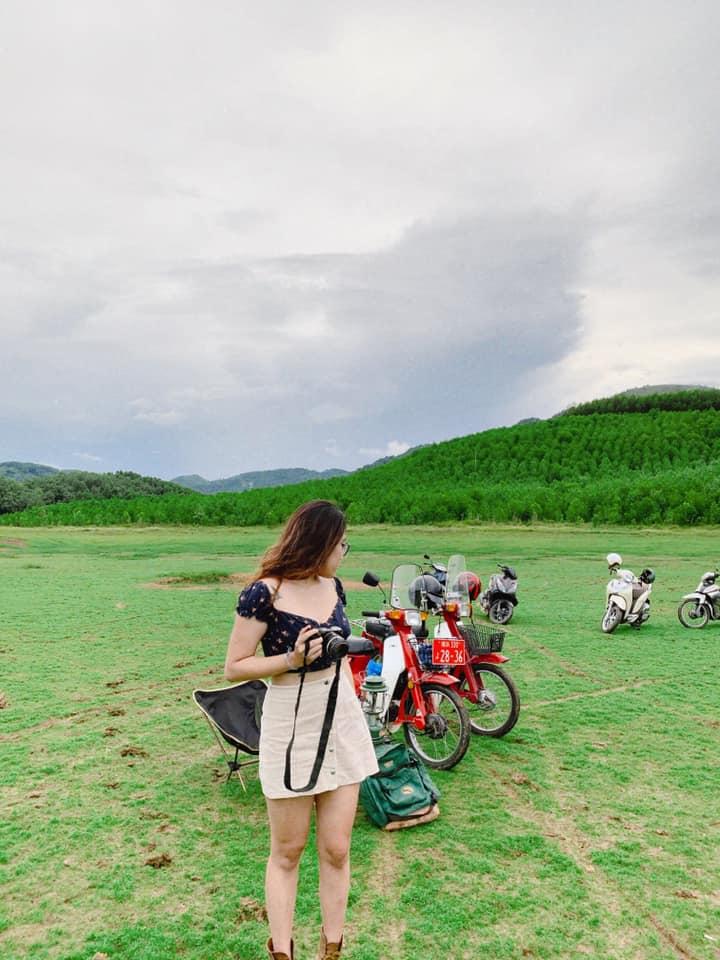 Hồ Sơn Thọ xanh ngát. Hình: Hằng Hà
