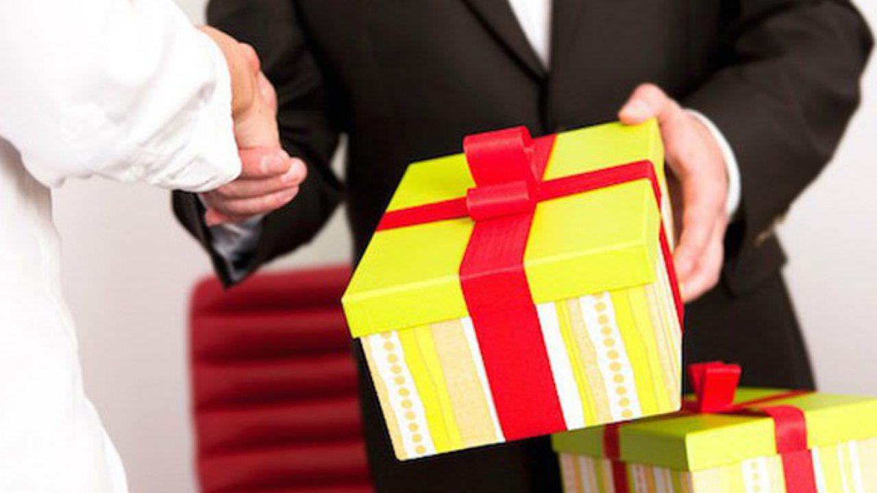 Nên tặng quà gì nếu sếp là người nước ngoài - Nguồn ảnh: Internet