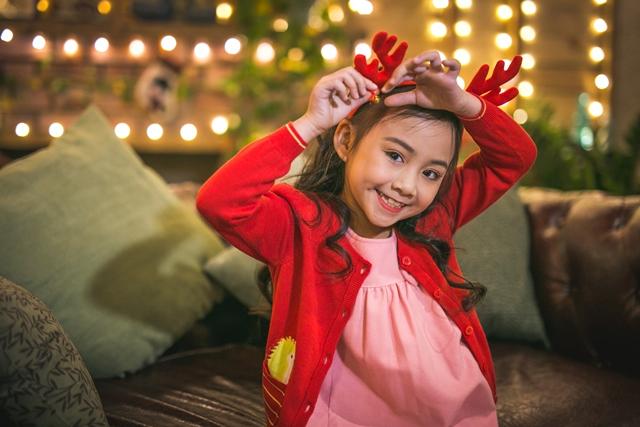 Bí quyết mặc đẹp cho bé đi chơi Noel