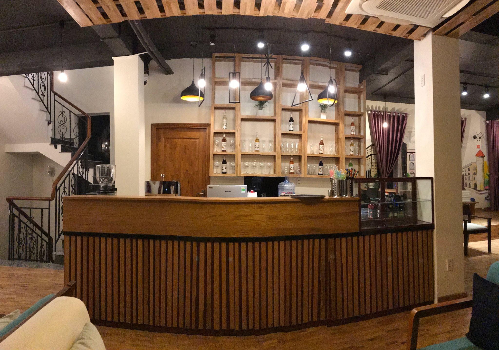 Quầy bar cũng được kế hoàn toàn bằng gỗ. Hình: Hoàng Phúc Cafe