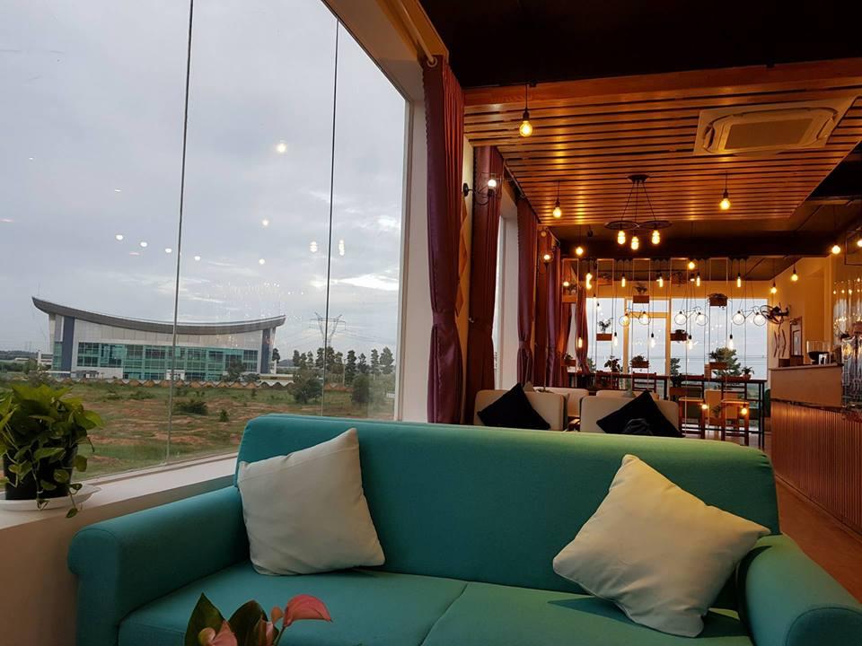 Trần nhà dược làm từ gỗ với các bóng đèn spot-light. Hình: Hoàng Phúc Cafe