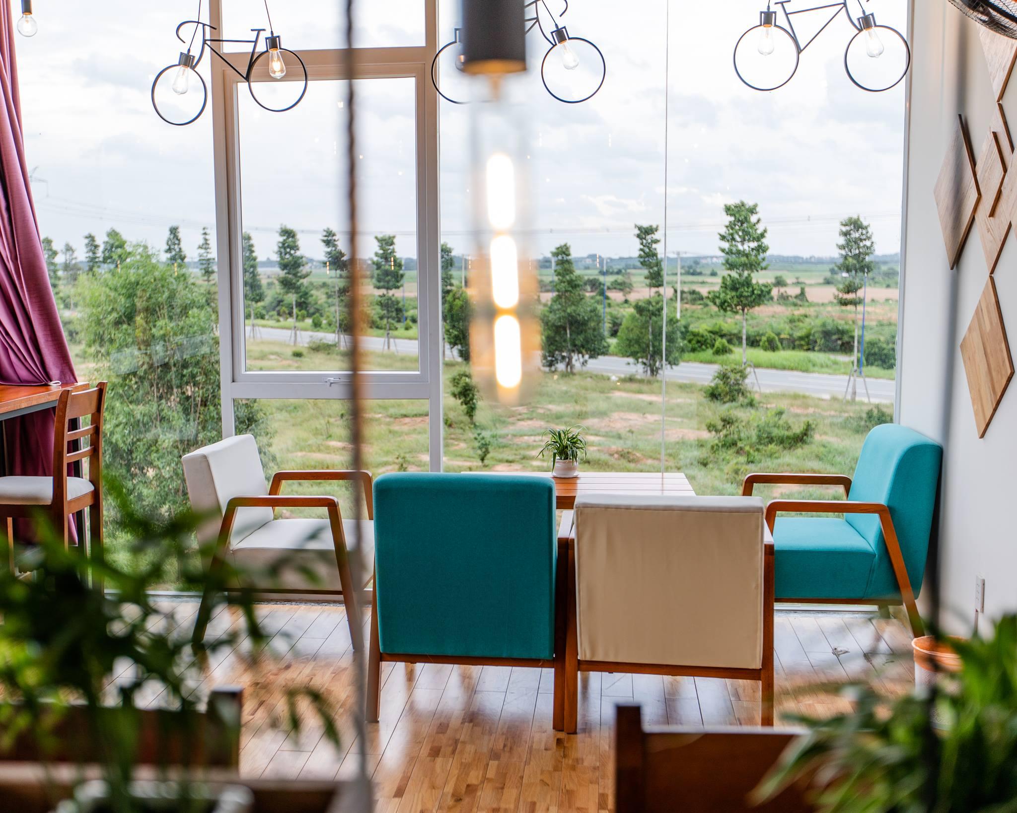View xung quanh chỉ có cây cối, không khí vô cùng trong lành. Hình: Hoàng Phúc Cafe