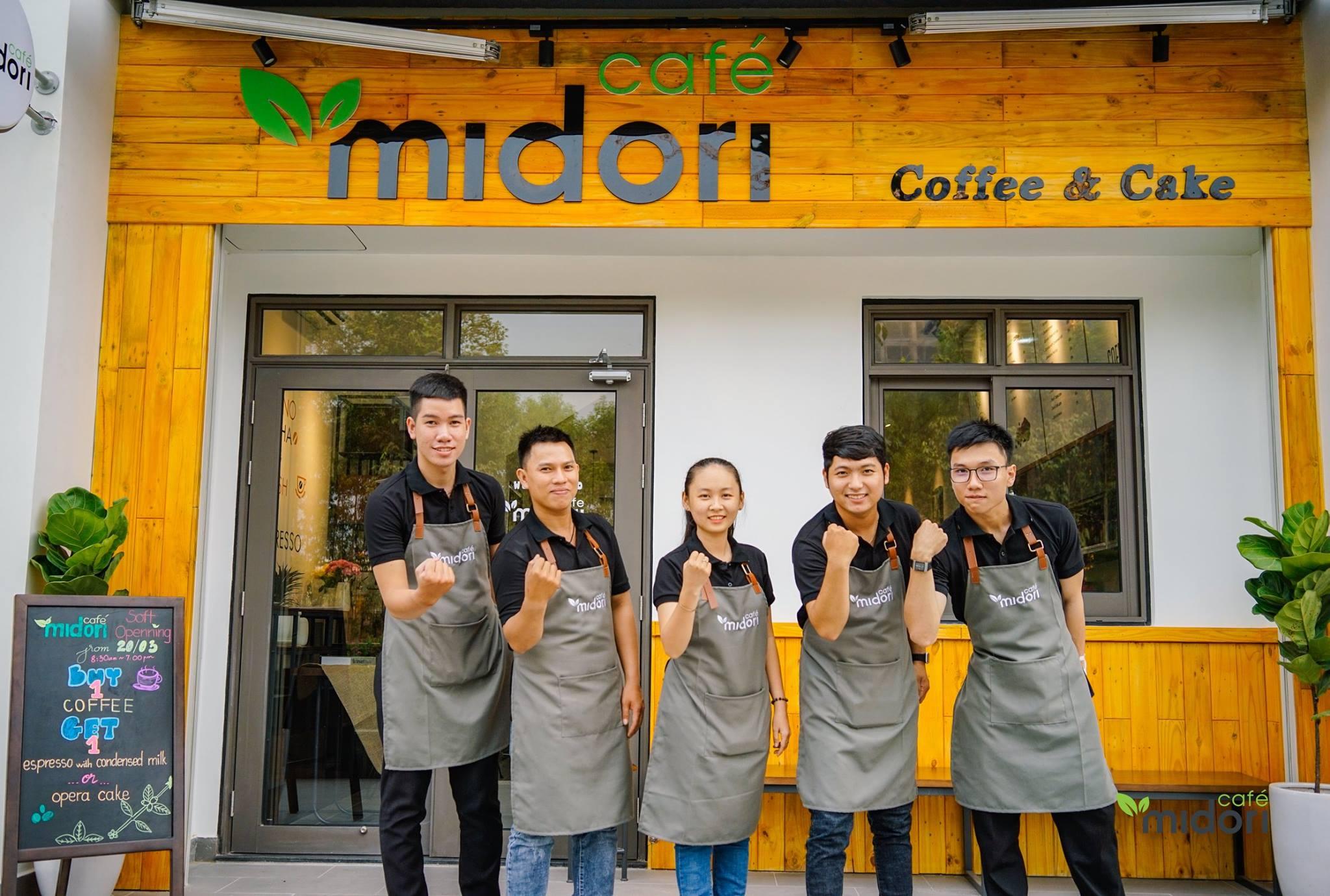 Midori Cafe chọn tone vàng trẻ trung, năng động. Hình: Midori Cafe