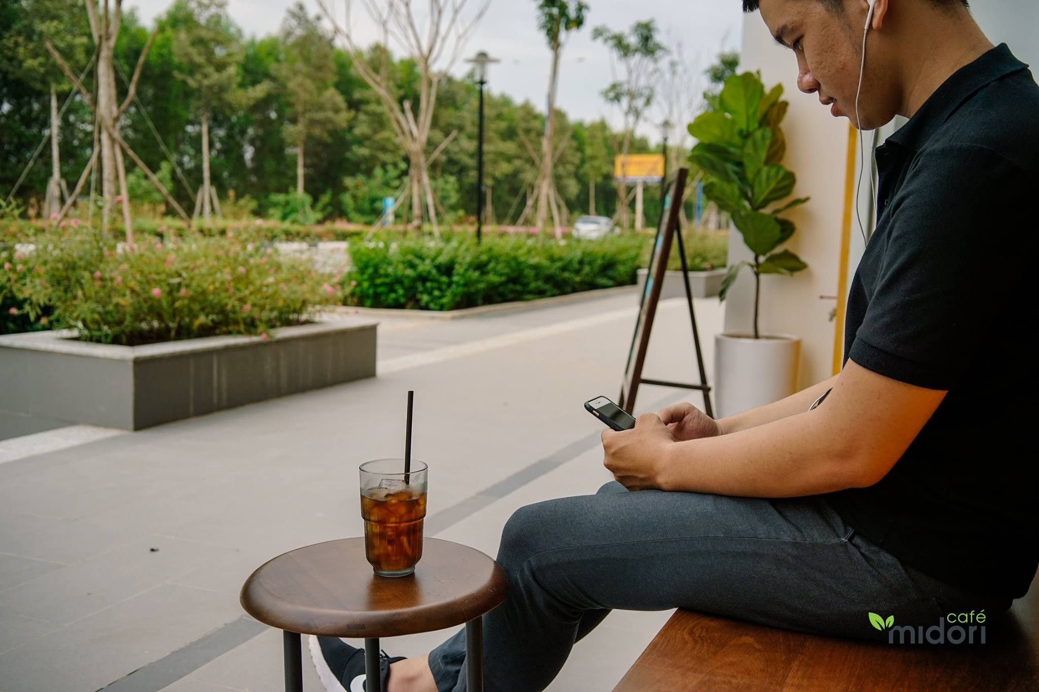 Nếu muốn không gian rộng rãi, thoáng đãng, bạn có thể chọn ngồi ở ngoài nhé. Hình: Midori Cafe