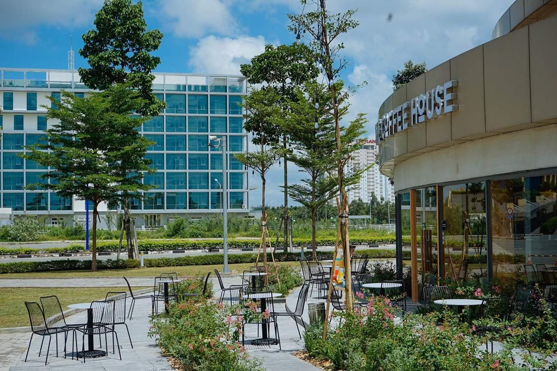 Không gian The Coffee House Bình Dương rộng rãi cả bên trong lẫn bên ngoài. Hình: Vietnam Projects Construction