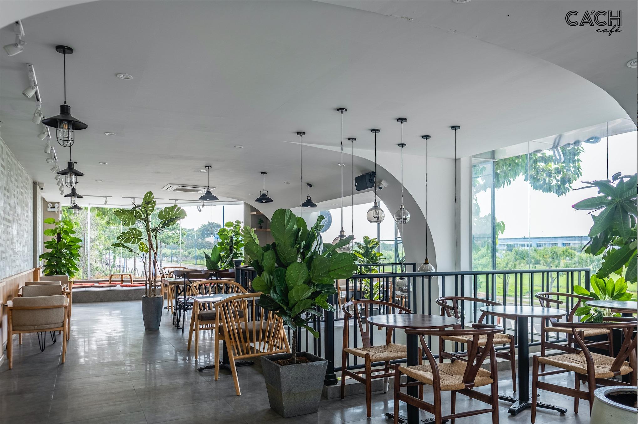 Không gian tầng 2 rộng rãi, thoáng đãng với nhiều mảng xanh. Hình: Cách Cafe