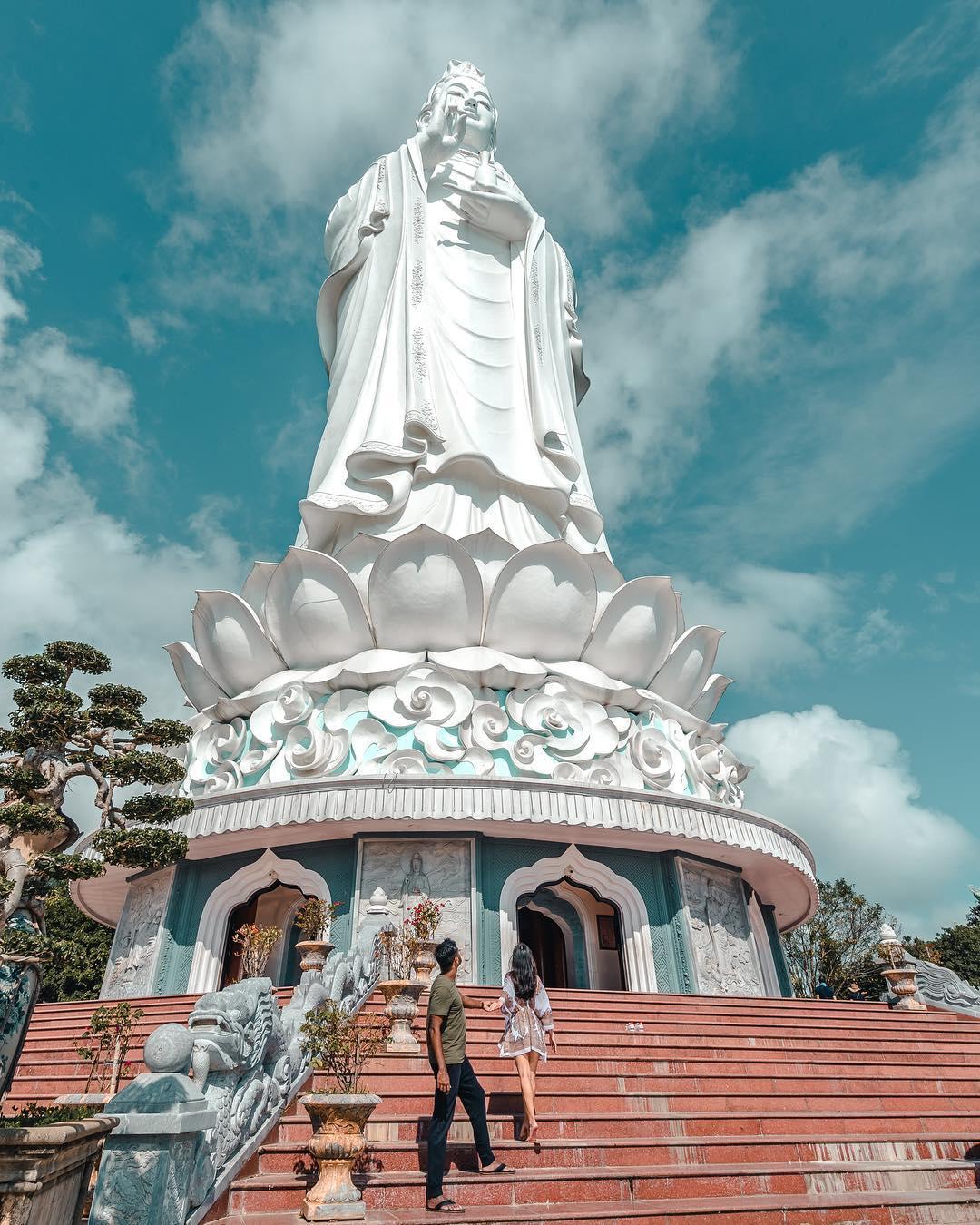 Cầu chúc năm mới tại chùa Linh Ứng. Hình: @todayweexplore