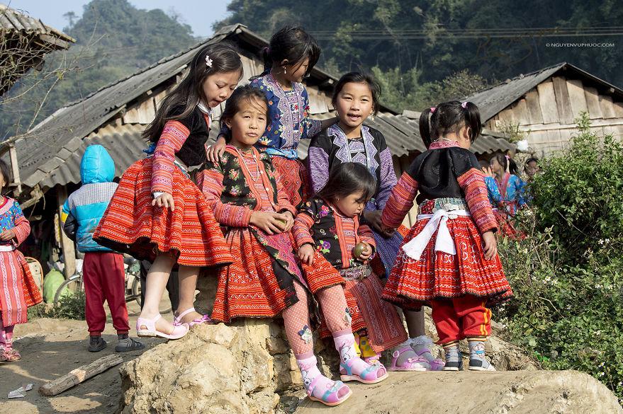 Các em bé dân tộc Mông. Hình: Sưu tầm
