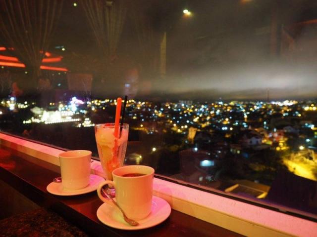 Các quán cà phê về đêm ở Đà Lạt. Ảnh: Internet