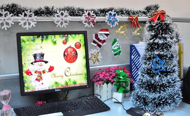 Setup góc làm việc với các phụ kiện trang trí Noel nhỏ xinh đẹp, độc đáo