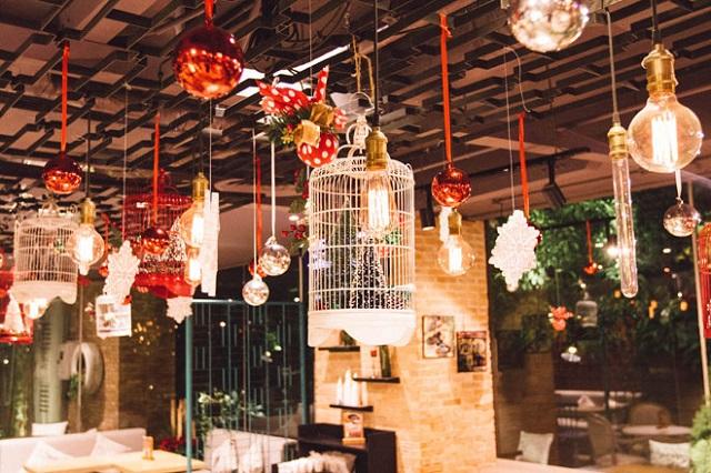 Treo phụ kiện trang trí giáng sinh lên trần nhà là cách đơn giản để trang trí Noel văn phòng