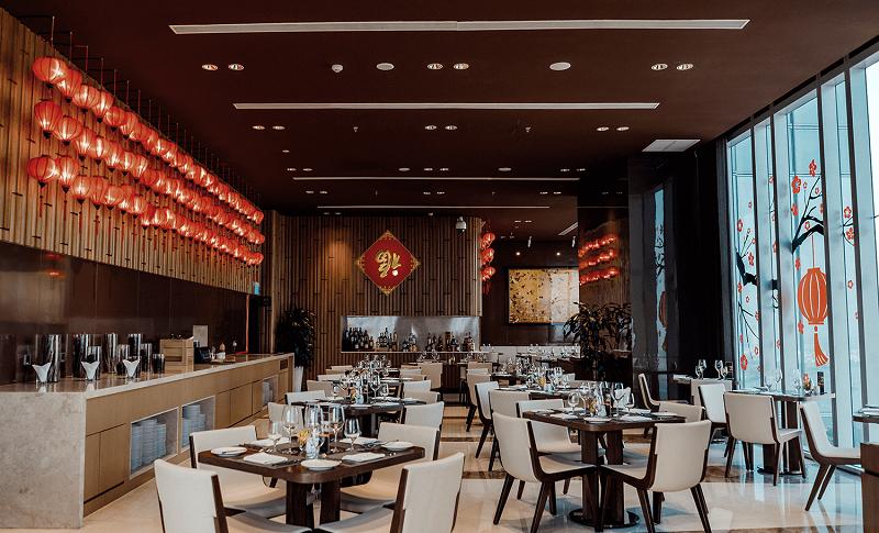Hình ảnh cây đào, đèn lồng là đặc trưng của Tết ở nhiều không gian trong khách sạn