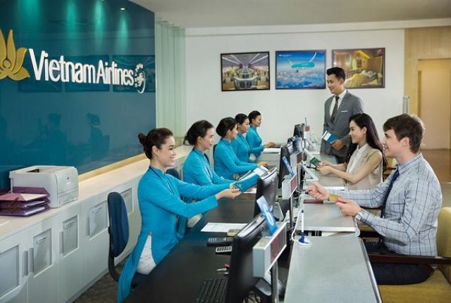 Đến trực tiếp đại lý của Vietnam Airlines để mua vé Tết. Ảnh: Internet