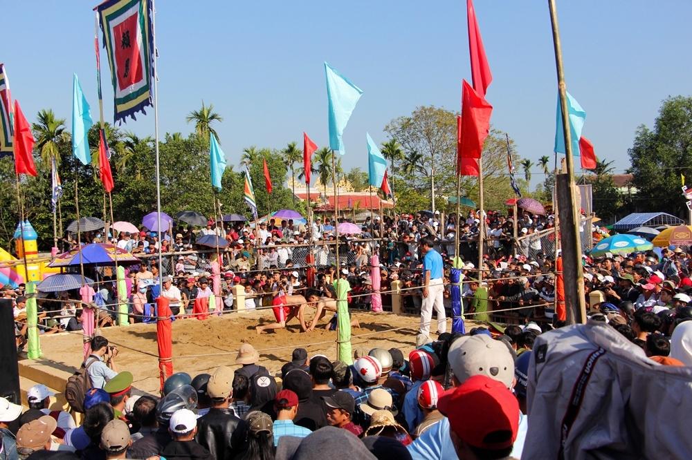 Lễ hội vật làng Sình ở Phú Mậu (Phú Vang). Hình: Sưu tầm