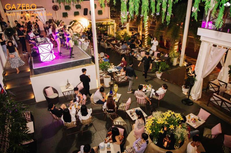 Không gian thoáng mát và rộng rãi tại Gazebo Beach Front Lounge & Cafe