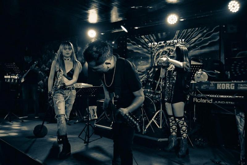 Tại Black Pearl Bar Vũng Tàu, bạn có thể hòa mình vào những điệu nhạc sôi động từ các ca sĩ và ban nhạc chuyên nghiệp