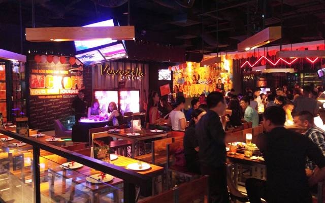 Không gian sang trọng cùng nhiều hoạt động thú vị là điểm thu hút khách hàng của Vuvuzela Beer Club