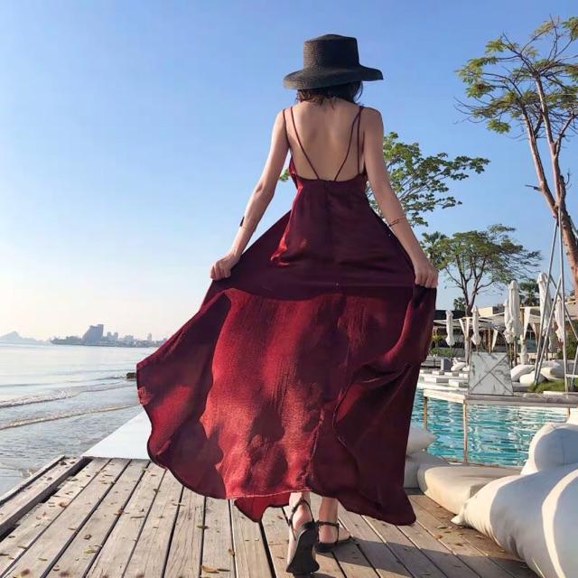 Đầm hở lưng màu đỏ giúp bạn gái tỏa sáng giữa vùng biển mênh mông. Ảnh: Internet