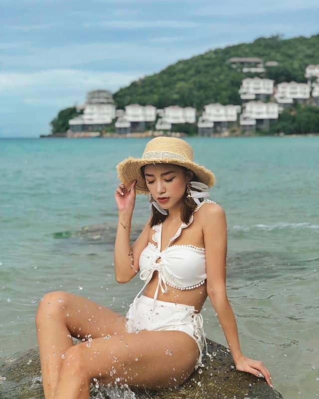 Hay hòa mình trong vùng biển Vũng Tàu tươi mới với bikini bèo nhún điệu đà. Ảnh: Internet