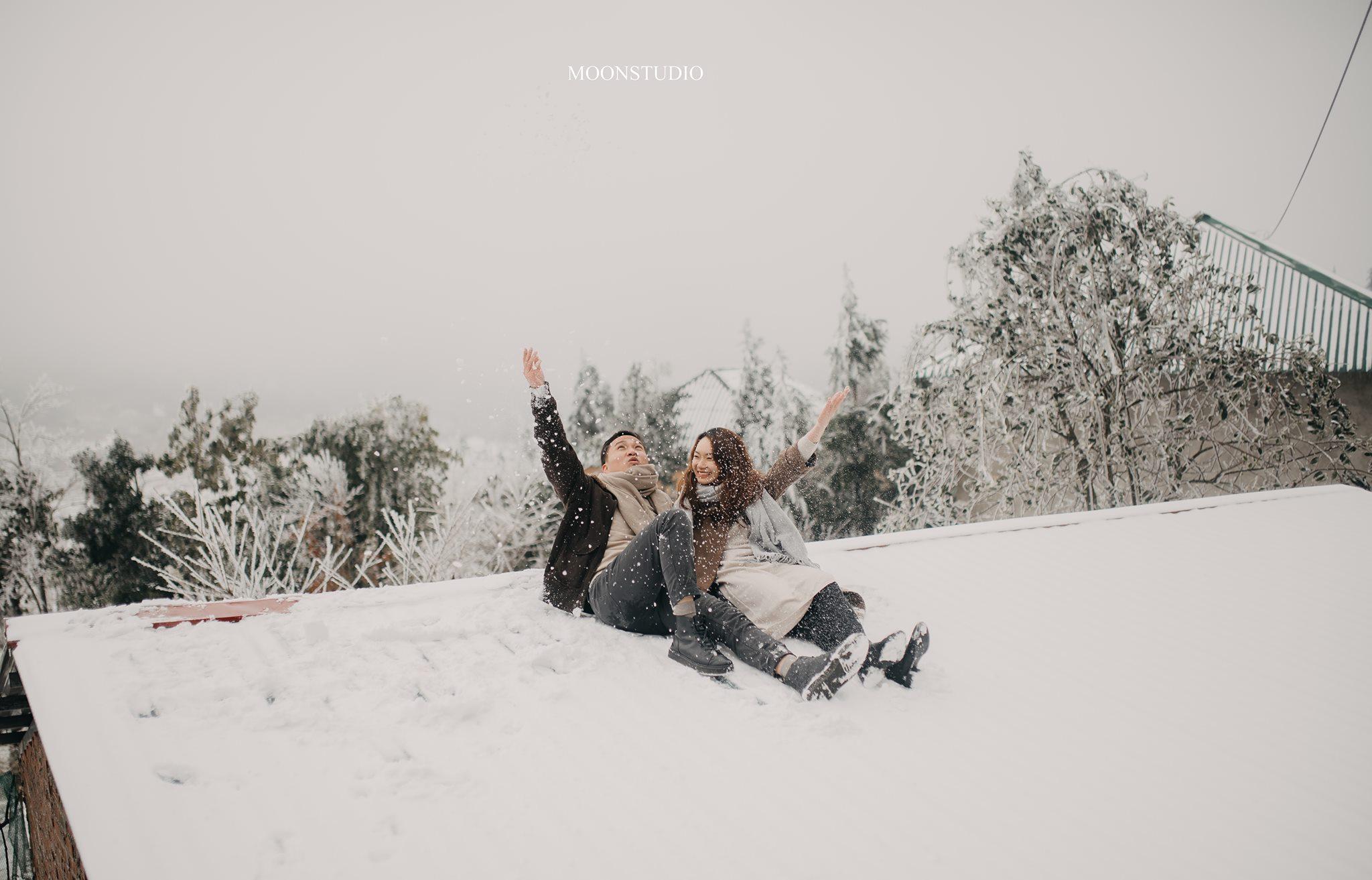 Cặp đôi tranh thủ chụp ảnh dưới tuyết cực lãng mạn - Nguồn ảnh: Long Moon