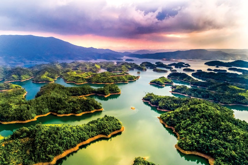 Hồ Tà Đùng được ví như Vịnh Hạ Long ở Tây Nguyên - Nguồn ảnh: Internet