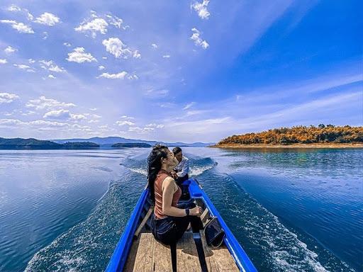 """""""Xung quanh em toàn là nước êi!"""" Chill giữa hồ Tà Đùng - Nguồn ảnh: Internet"""