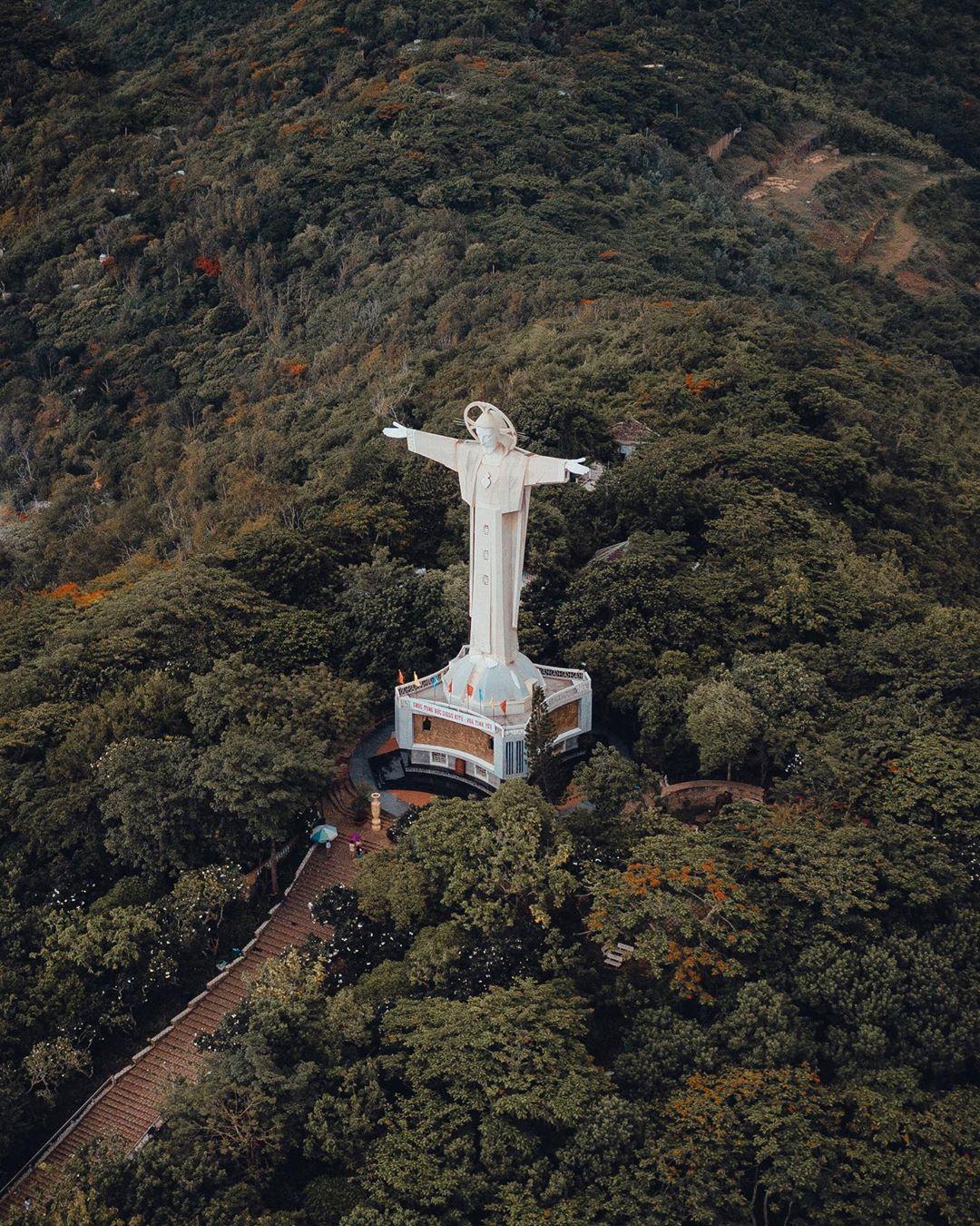 Tượng Chúa dang tay nhìn từ trên cao. Hình: Sưu tầm