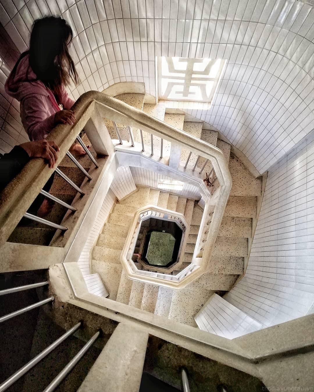 Cầu thang xoắn ốc bên trong tượng Chúa. Hình: Sưu tầm