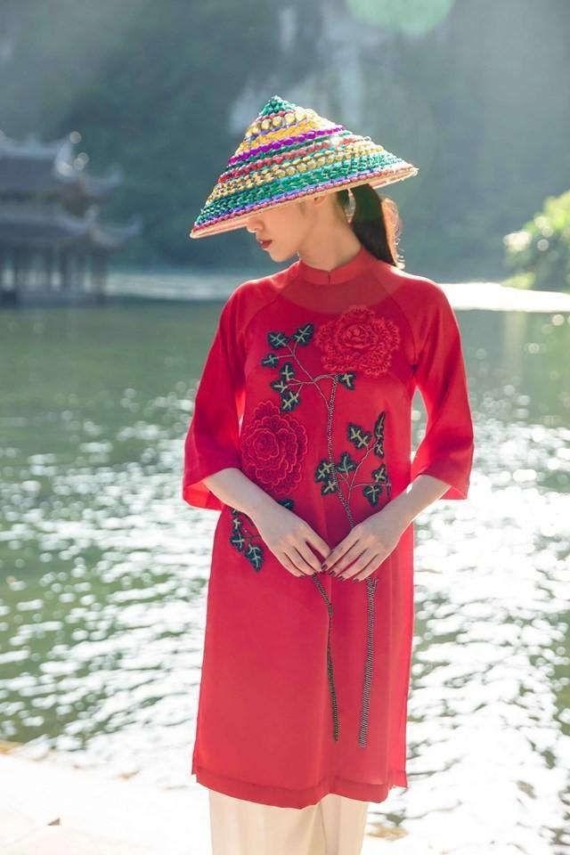 Áo dài đỏ cách tân cũng là một lựa chọn hoàn hảo. Hình: Sưu tầm